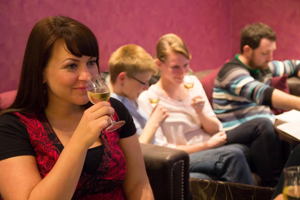 Weinprobe - den Wein erst einmal mit der Nase riechen